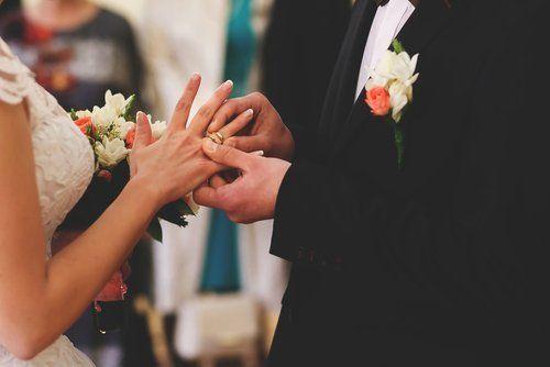 sposo che mette la fede alla sposa