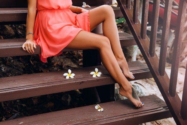 Donna con gambe depilate