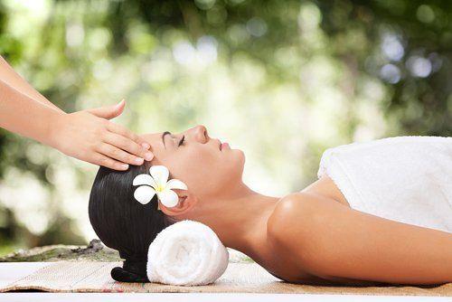 bellissima giovane donna sul lettino da massaggio