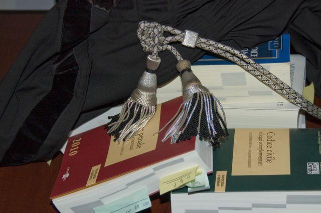 Articoli sulla tavola dello Studio Legale Contardi a Voghera