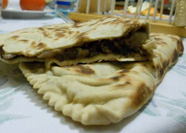 Due pizza calzone con vegetali