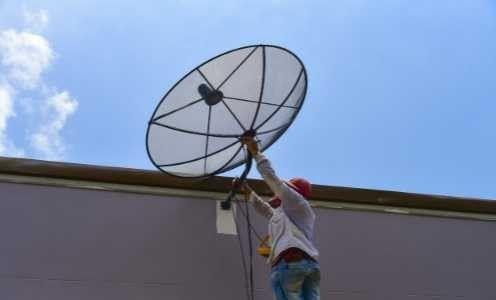 un tecnico che installa un'antenna delle comunicazioni