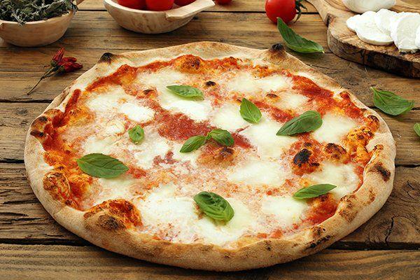 Pizza di pomodoro e mozzarella di bufala