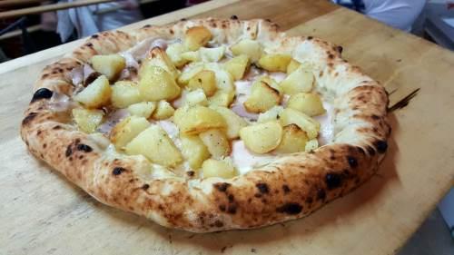 una pizza con delle patate
