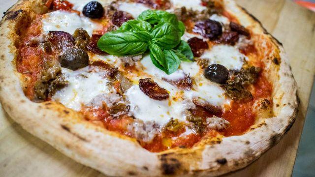 una pizza farcita con basilico