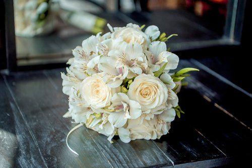 bouquet di fiori bianchi poggiato su un tavolo