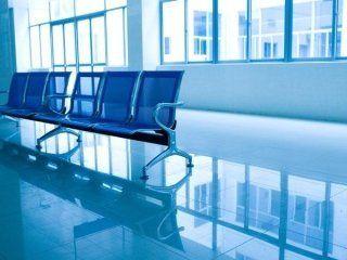 un pavimento pulito e vista di alcune sedie