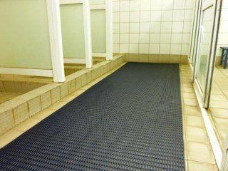 una stanza con un tappeto di gomma nero