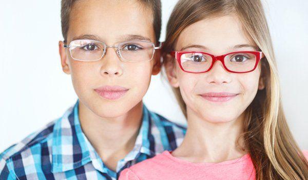una bambina con degli occhiali da vista rossi e blu