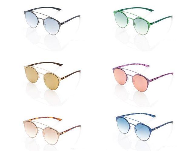 degli occhiali da vista esposti su un pannello in un negozio