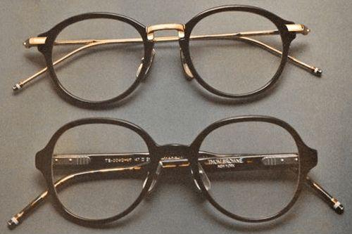 occhiali da sole con montatura nera su tavolo grigio