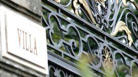 una targa con scritto Villa e un cancello