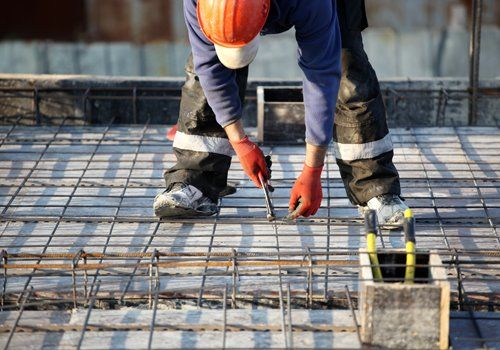 Operaio al lavoro nella costruzione di un tetto