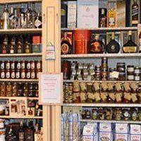 delle bottiglie di liquore e vino esposte in uno scaffale