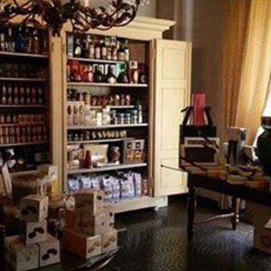 un mobile con delle mensole con sopra delle bottiglie e degli scatoloni