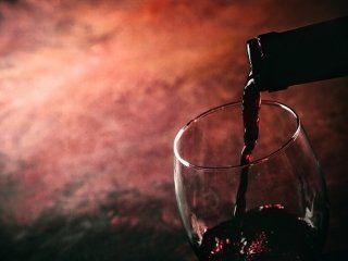 vino versato dalla bottiglia al bicchiere