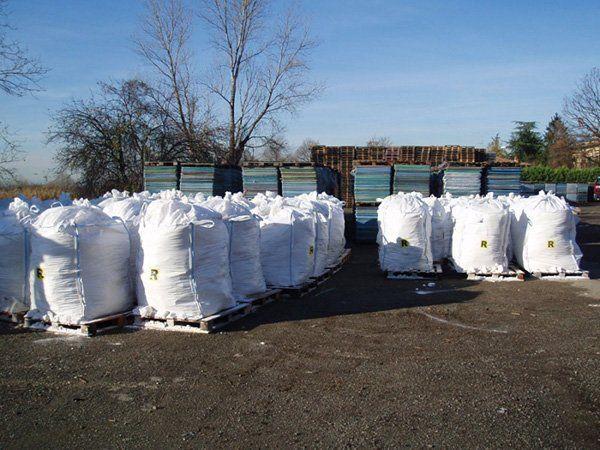 Sacchi con i resti di materiali filtrati per il loro riciclaggio