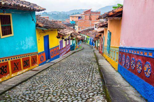 strada in ciottoli con case colorate