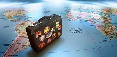 valigia appoggiata su una cartina del mondo