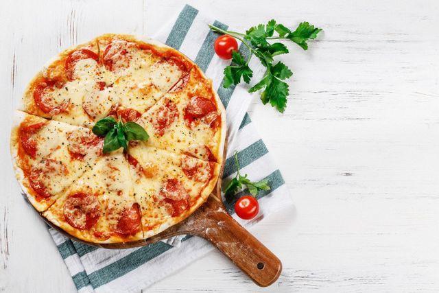 pizza con pomodori e mozzarella in padella