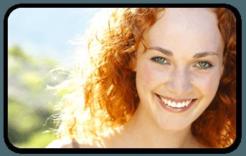 donna con capelli rossi che sorride