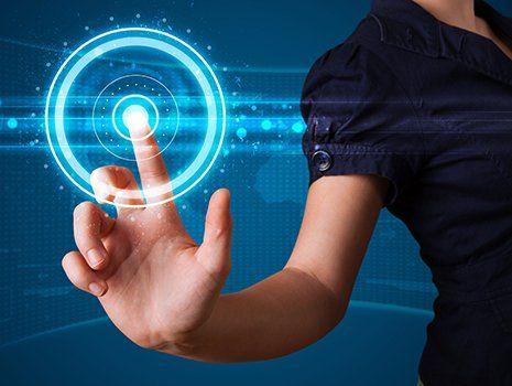 un braccio di una donna che con il dito della mano preme su uno schermo touchscreen