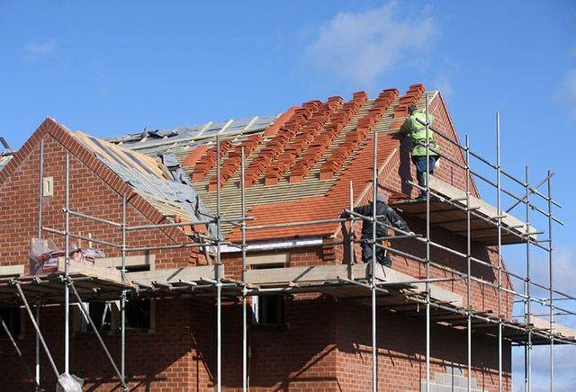 Operaio edile a lavoro su una copertura