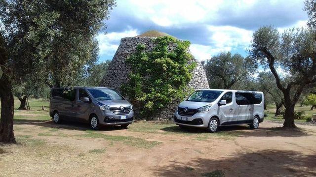 due furgoni parcheggiati