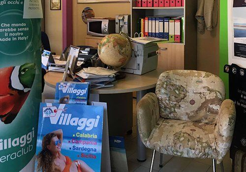 Ufficio con cartelli di villaggi vacnze