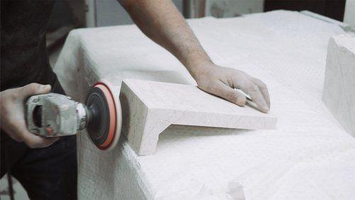 lavoratore che sta limando il marmo