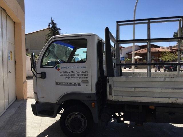 furgoncino bianco con la scritta project infissi sulla fiancata