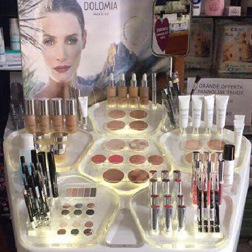 esposizione di prodotti di cosmesi pronti per la vendita