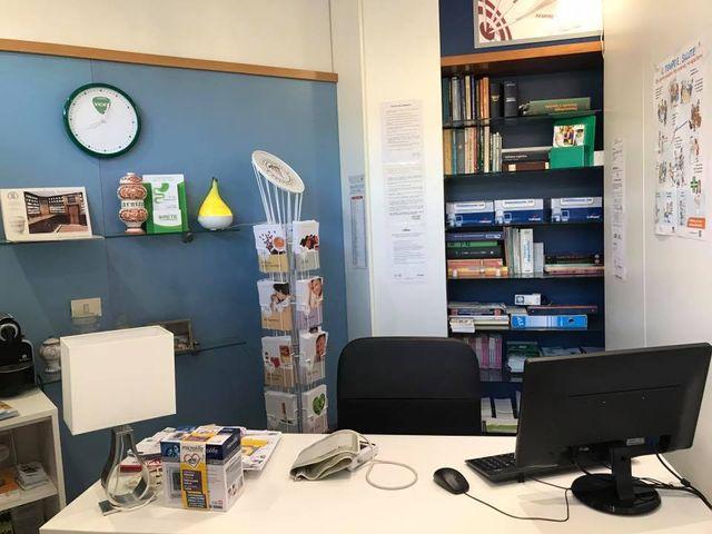 scrivania di medico farmacista