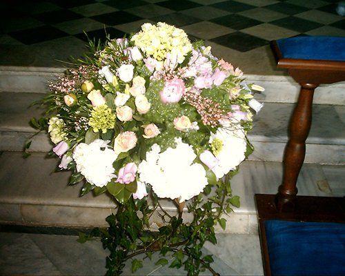 composizione di fiori per una cerimonia in chiesa
