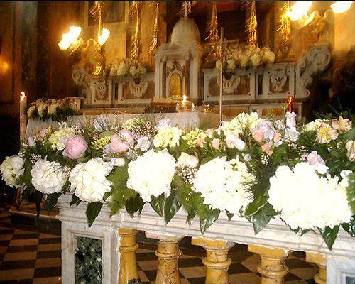 addobbo floreale per una cerimonia sull'altare di una chiesa