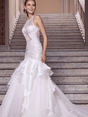 una donna che indossa un abito da sposa di color bianco