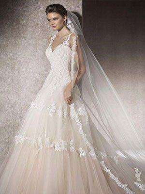 una donna che indossa un abito di sposa con velo lungo di color bianco