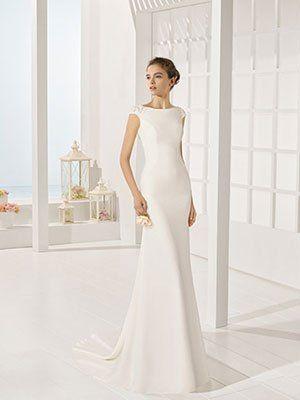 una modella che indossa un abito di sposa