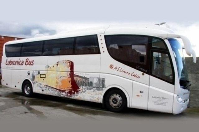 Vista del disegno nel laterale del bus en giallo,arancio e rosso