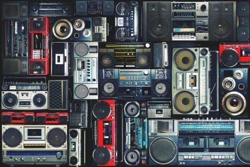 Tanti stereo portatili ed altoparlanti vintage
