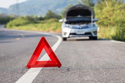 un triangolo e una macchina in panne