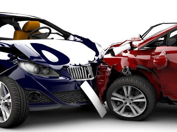 due auto molto ammaccate in seguito a uno scontro frontale