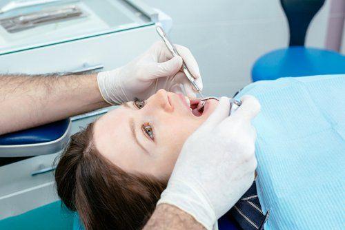 Dentista durante una visita a una paziente