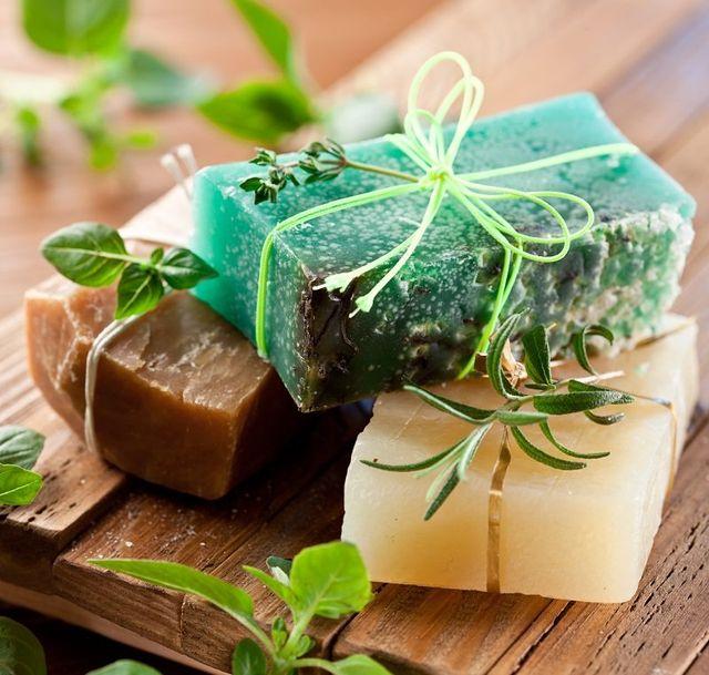 Pezzi di sapone naturale con le erbe