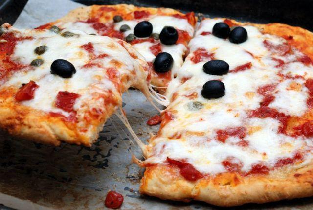 Pizza di formaggio, capperi e olive nere
