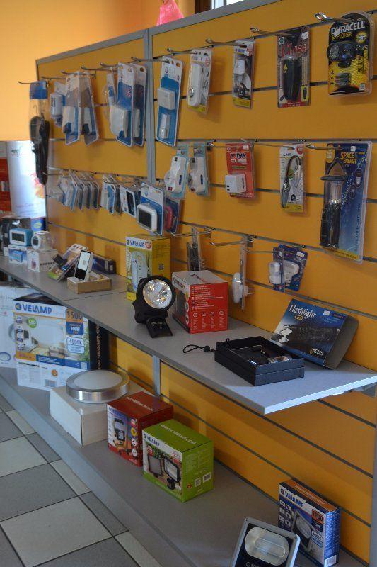 parete gialla con oggetti in vendita