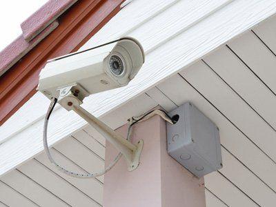 telecamera attaccata al soffitto di un gazebo esterno
