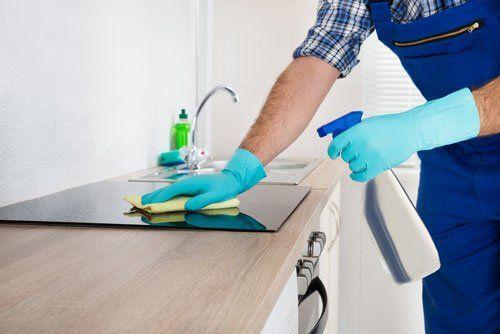 Uomo pulisce la cucina a Crema