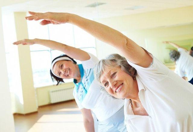 Due donne che  fanno ginnastica mentre sorridono