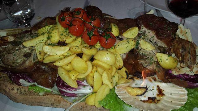 un piatto enorme di carne e patate
